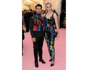 Joe Jonas e Sophie Turner in Louis Vuitton