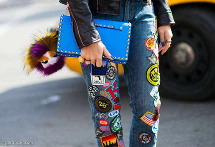 Jeans taglio regular con patches e pin