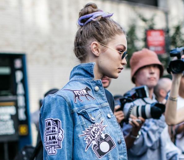 Gigi Hadid indossa una giacca in denim con patches