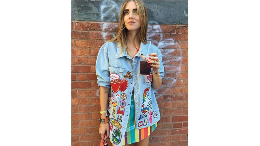 Chiara Ferragni indossa una camicia in denim con patches
