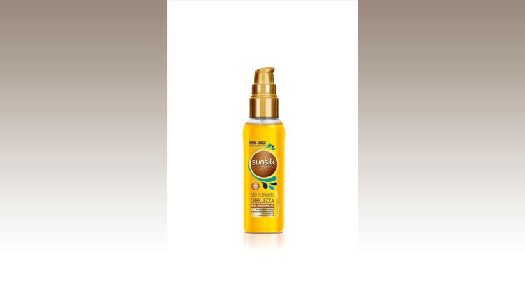 Olio Nutriente di Bellezza per capelli splendenti sotto il sole. La sua esclusiva formula con oli preziosi nutre e rafforza i capelli senza appesantirli, combattendo il temuto effetto frizz, tipico delle giornate umide passate a scatenarsi sotto al sole, lasciando il posto a una chioma leggera e luminosa, Sunsilk Co-Creations