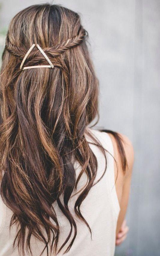 Acconciatura capelli lunghi con accessorio