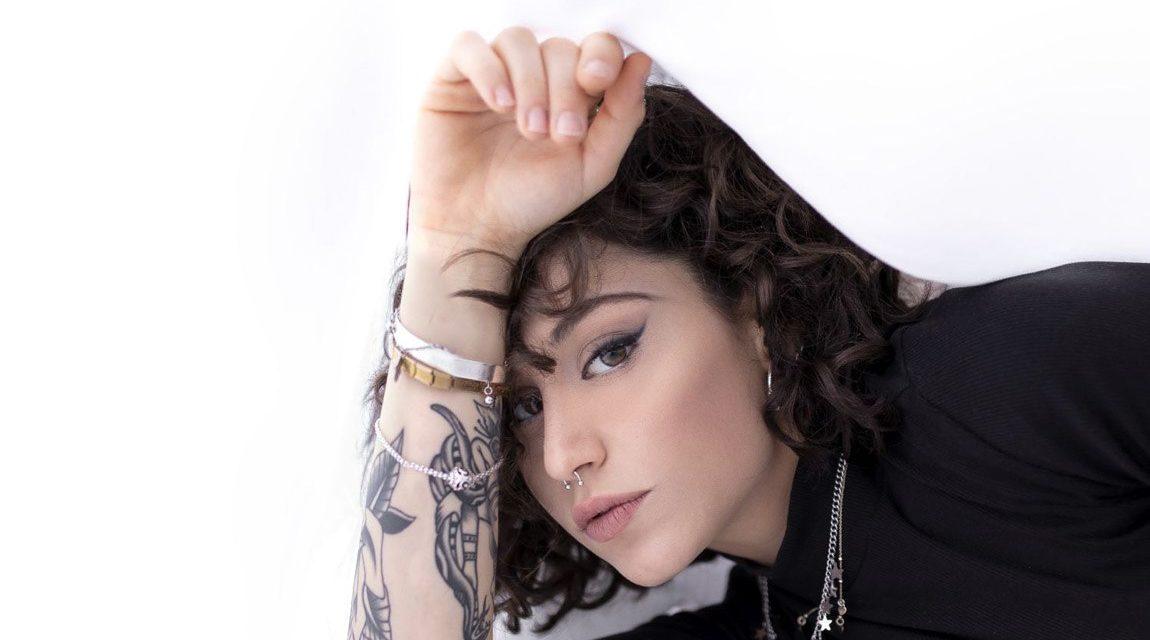 Giulia Molino racconta Camice Bianco, la sua nuova canzone